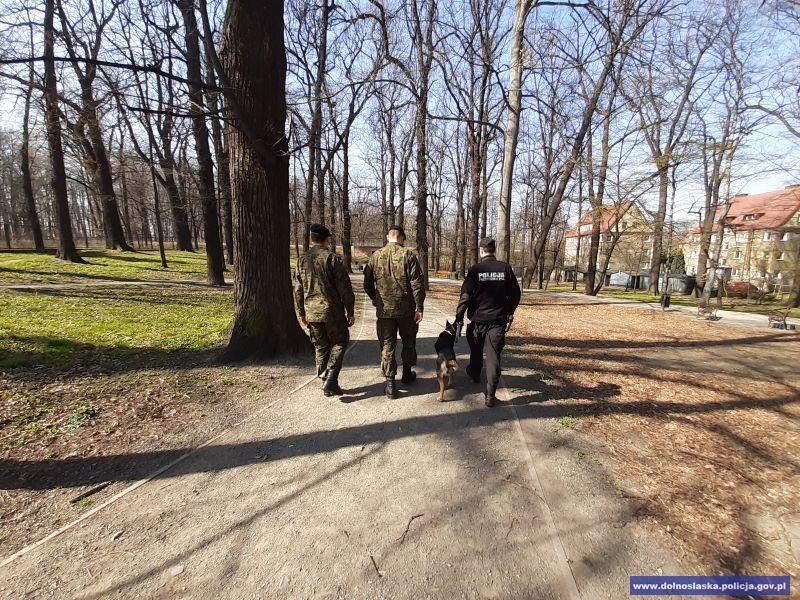 Policja będzie sprawdzać, czy poruszamy się zgodnie zzaleceniami; wojsko - wgotowości